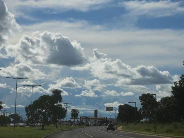 Céu encoberto por nuvens em Campo Grande nesta sexta-feira (Foto: Marcos Ermínio)