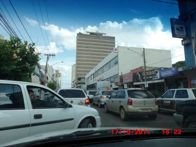 O trânsito congestionado de Campo Grande a meia hora do início do rush. (Foto: Laura Daiany Vasconcelos Silva.