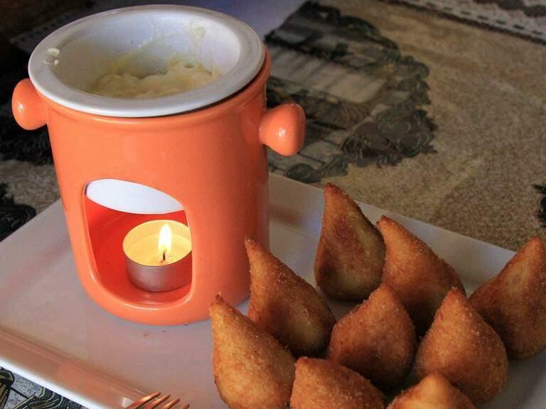 Duas receitas em uma, aprenda a fazer fondue para comer com coxinhas