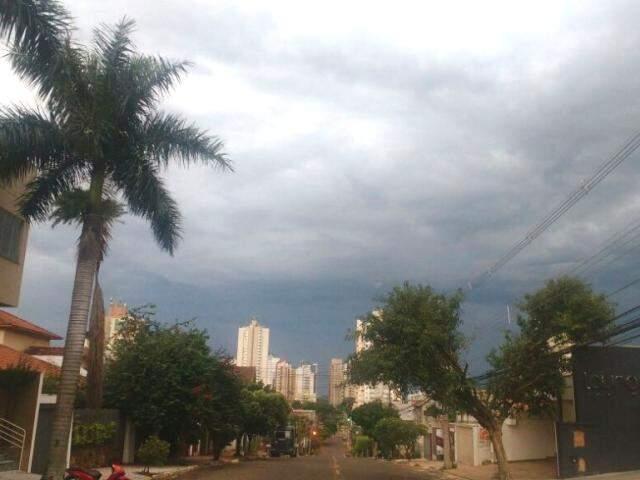 Dia começou chuvoso em Campo Grande; novas pancadas com trovoadas estão previstas para a tarde. (Foto: Marcos Ermínio)