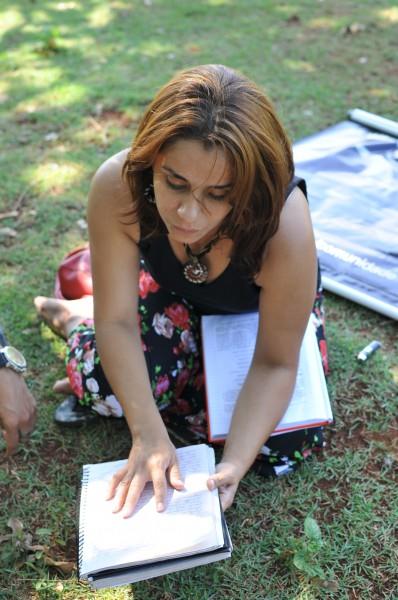 Elizabeth mostra texto que leu no ritual de autoiniciação. (Foto: Alcides Neto)