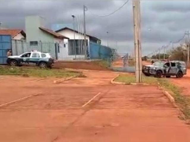Policiais entrando na unidade prisional. (Foto: JP News)