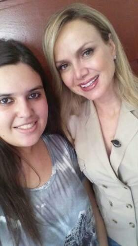 Lara, estagiária do Ismac, conseguiu tirar uma selfie com a apresentadora. (Foto: Arquivo Pessoal)