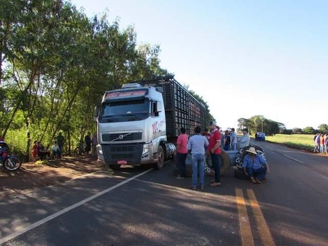 Bloqueio de caminhoneiros na altura do km 324 em Rio Brilhante foi retomado às 8h (Foto: Maikon Junior/RB em Tempo Real)