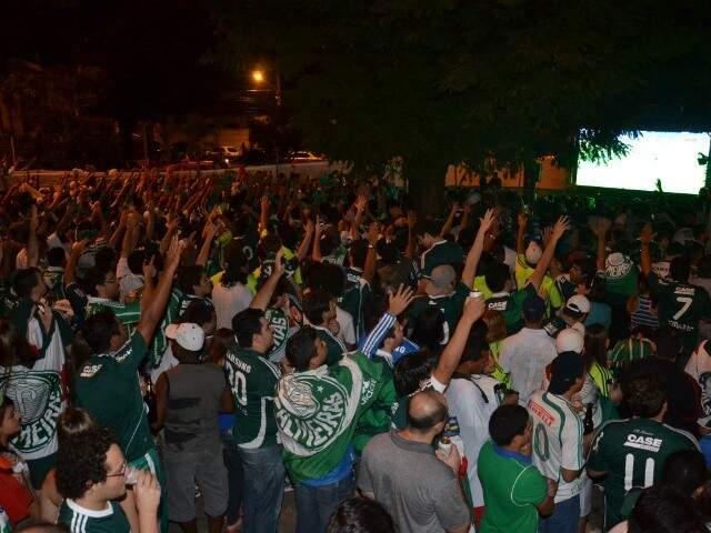 Palmeirenses assistindo a decisão da Copa do Brasil, em 2012, em frente ao Bar do Ditão. (Foto: Minamar Júnior)