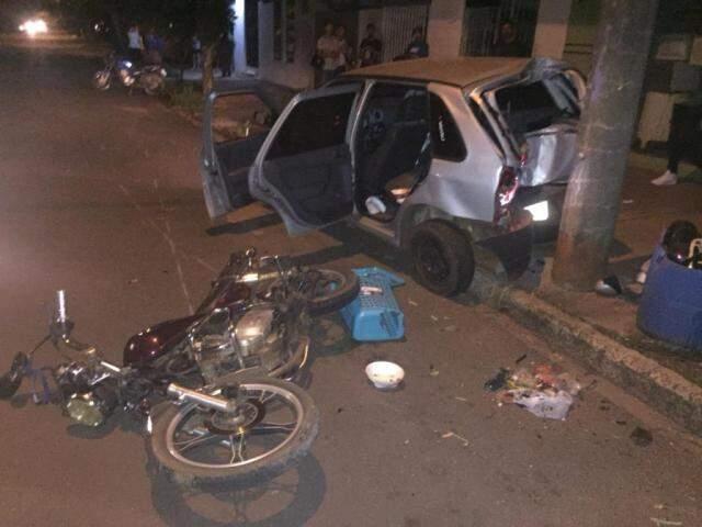 Veículo conduzido por traficante e moto de testemunha que por pouco não foi atropelada pelo bandido (Foto: divulgação)