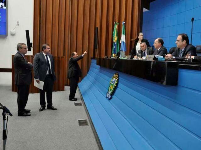 Deputados Paulo Corrêa (PSDB), Eduardo Rocha (MDB) e Zé Teixeira (DEM) no plenário. Na mesa diretora Junior Mochi (MDB), Felipe Orro (PSDB), durante sessão (Foto: Luciana Nassar/ALMS)