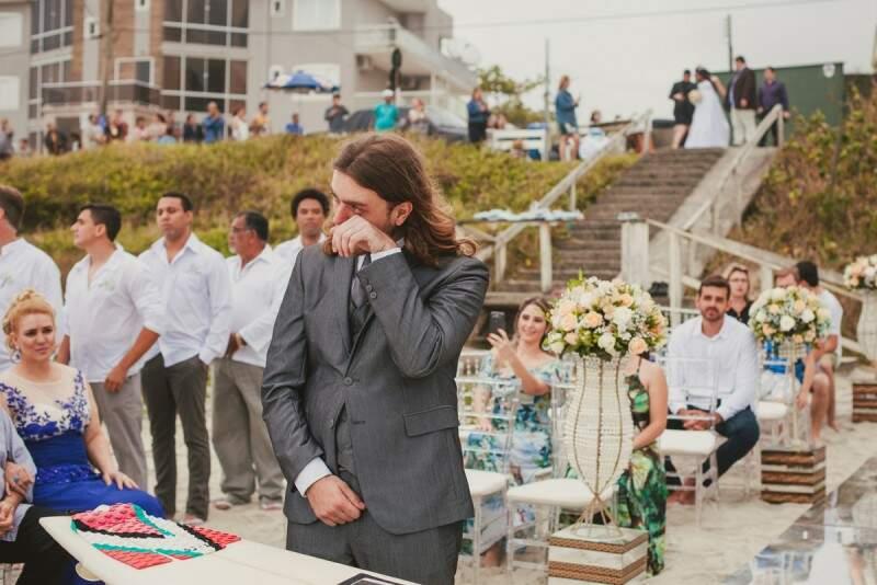 Ghibson não conteve o choro antes da noiva chegar. (Foto: Rafael Dalago)