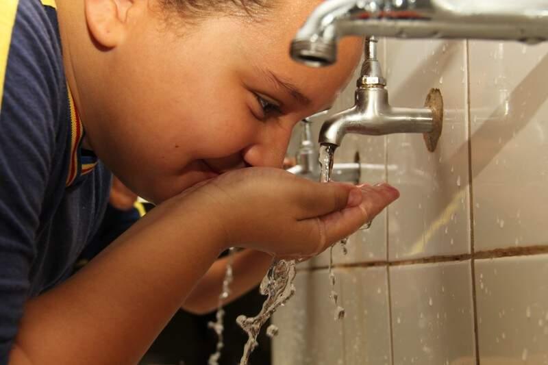 A água das torneiras é potável, mas para lavar a escola é reciclada.  (Foto: Marcos Ermínio)