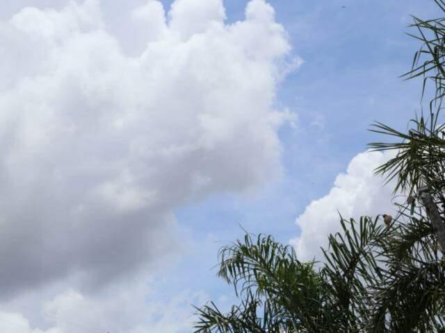 Céu claro com poucas nuvens na tarde desta quarta-feira na Capital (Foto: Kísie Ainoã)