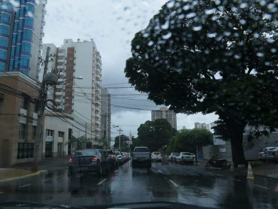 Registro do começo da tarde chuvosa, na Rua Dom Aquino, centro de Campo Grande. (Foto: Kísie Ainoã).