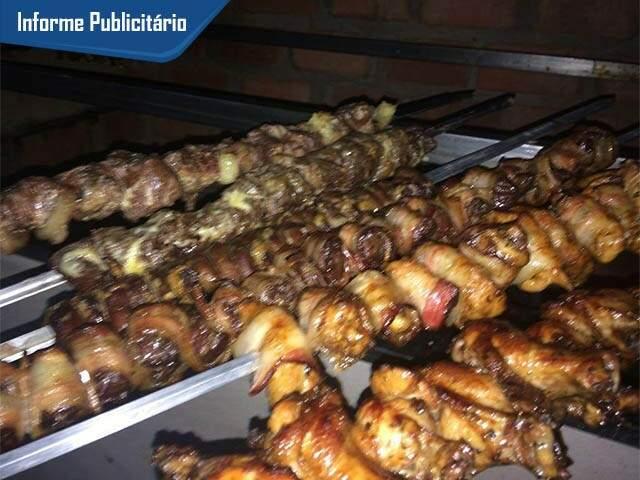 Espetos de carne e frango estão entre as mais de 20 opções do cardápio da Brasil Espetos