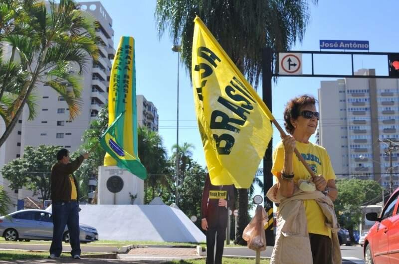 Manifestantes vão manter Obelisco verde e amarelo até a queda de Dilma