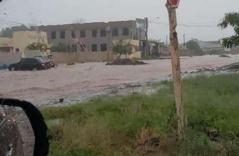 Chuva forte alaga ruas, casas e deixa moradores ilhados