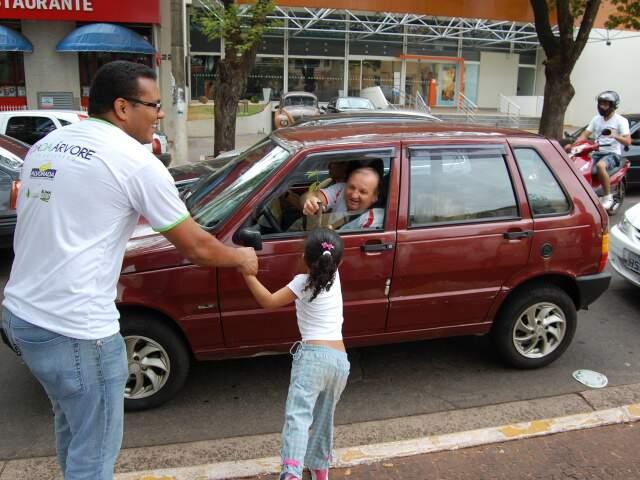 Menina entrega muda a motorista na Afonso Pena.