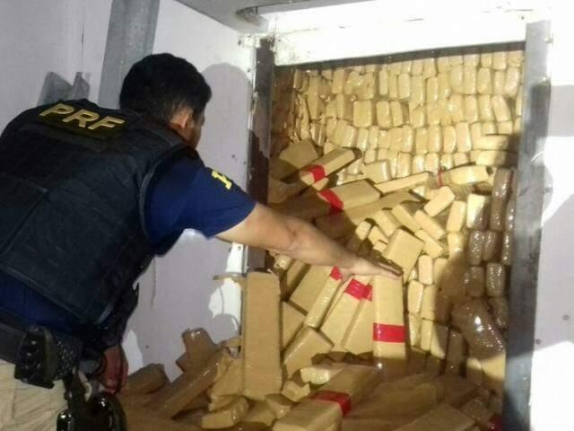 Peso exato da droga, escondida em fundo falso, totalizou 2.371,6 quilos (Foto: PRF/Divulgação)