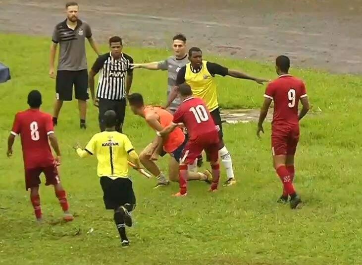 Jogadores e gandulas se envolveram em confusão no Morenão (Foto: Reprodução/TV Morena)