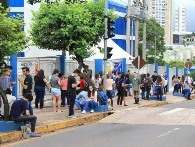 Candidatos em frente à Uniderp em Campo Grande, onde dos locais de aplicação do Enem 2018 (Foto: Marina Pacheco/Arquivo)