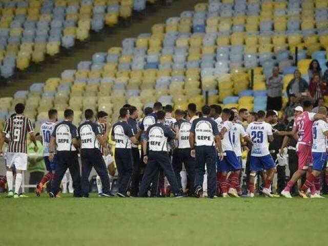 Jogadores, funcionários e arbitragem durante confusão no fim da partida (Foto: André Durão)