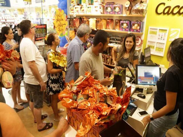A gerente da loja, Márcia Sales, aponta que este ano a procura aumentou 10% em relação a última Páscoa (Foto: Kisie Ainoã)