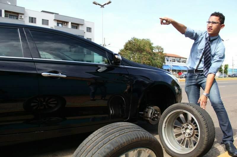 Advogado afirma que buraco danificou também a suspensão do carro de luxo. (Foto: Marcos Ermínio)