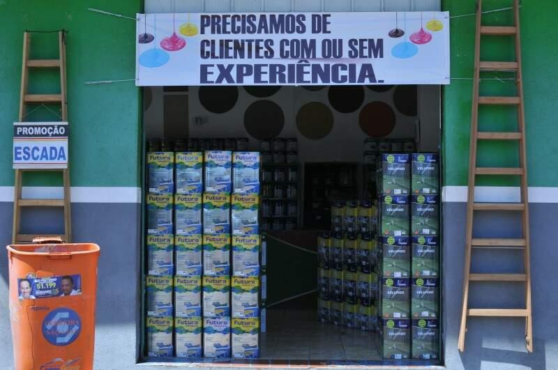 Faixa atrai clientes curiosos e com expectativa. (Foto: Alcides Neto)