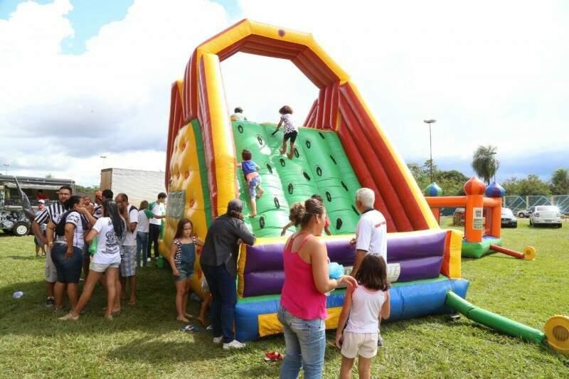 A área ao lado do vestiário do time visitante no Estádio Morenão virou um parque de diversão (Foto: Marcos Ermínio)