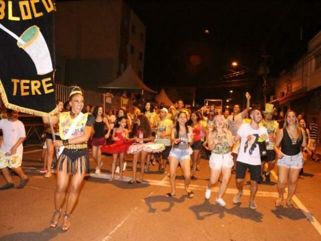 Integrantes dos blocos estavam animados no desfile (Foto: Paulo Francis)