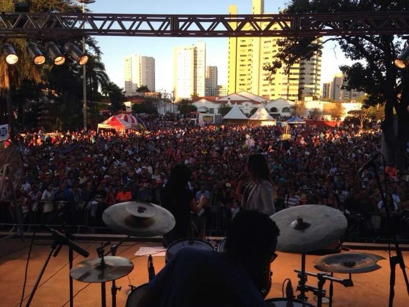 Público festeja dia do trabalhador na Praça do Rádio Clube. (Foto: Direto das Ruas)