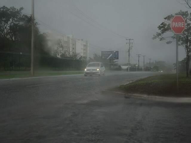 Chuva na avenida João Arinos na tarde de ontem (16) (Foto: Paulo Francis)