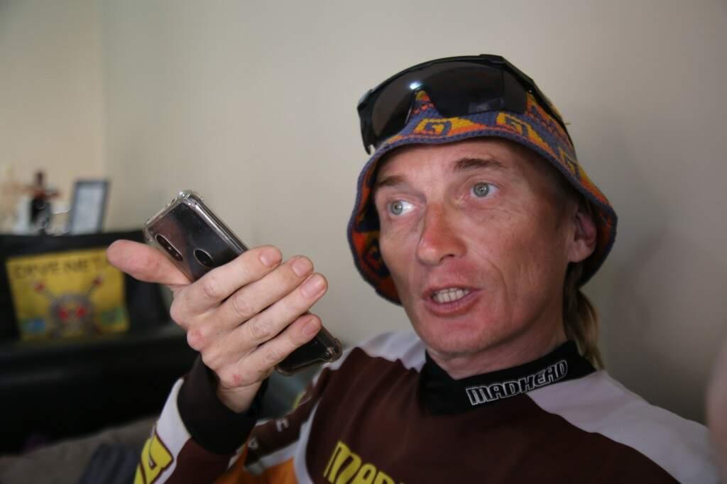 Konstantin usando o Google tradutor durante entrevista para o Lado B. (Foto: Danielle Valentim)
