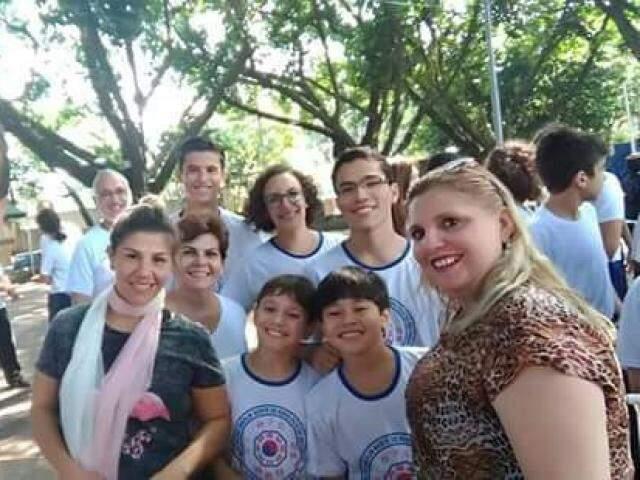 Silvia Renata orgulhosa com o quinteto de ouro do kung fu de Campo Grande. (Foto: Arquivo Pessoal)
