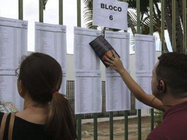 Candidatos conferem resultado de seleção para universidade (Foto:  Valter Campanato/Agência Brasil)