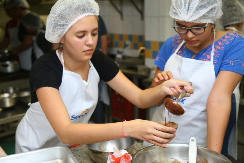 Adolescentes aprendem a preparar doces e salgados durante curso em Campo Grande (Foto: Fernando Antunes)
