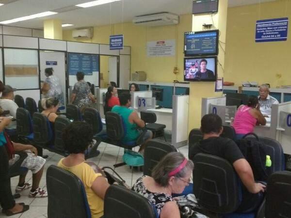Trabalhadores busca informações no MTE sobre FGTS. (Foto: Renata Volpe)