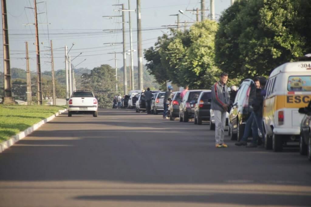 Fila que iniciam na Avenida Coronel Antonino só termina na Rua Ana Rosa Castilho Ocampo. (Foto: Fernando Antunes)