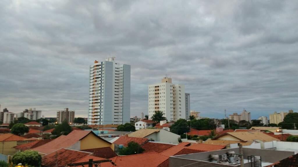 Terça-feira (18) amanhece nublada em Campo Grande e com mínima de 22ºC. (Foto: André Bittar)