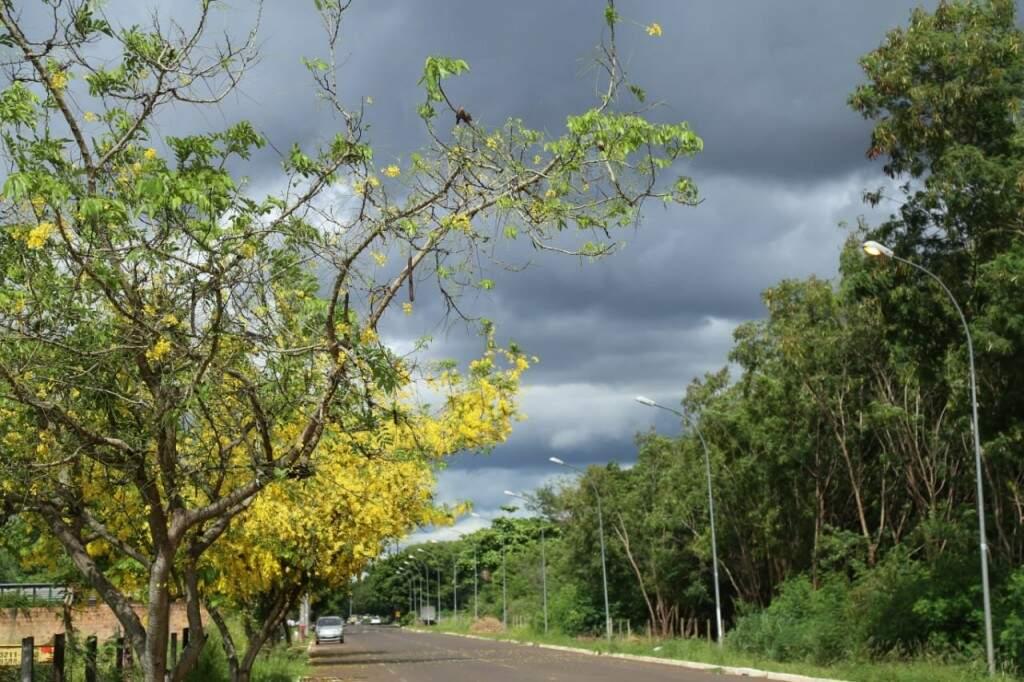 Na Capital, apesar do céu nublado ainda não choveu nesta tarde. (Foto: Kísie Ainoã)