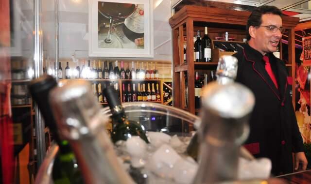 Visitantes podem degustar taça de vinho e espumante a R$ 10 e ainda aprender a harmonizar a bebida com a comida. (Foto: João Garrigó)
