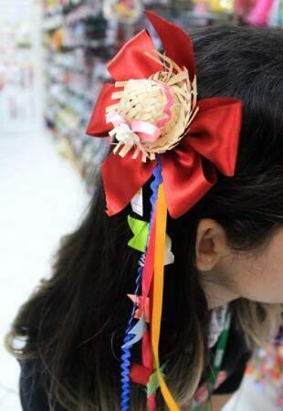 Tem também tiaras com chapeuzinho de palha (Foto: Marina Pacheco)