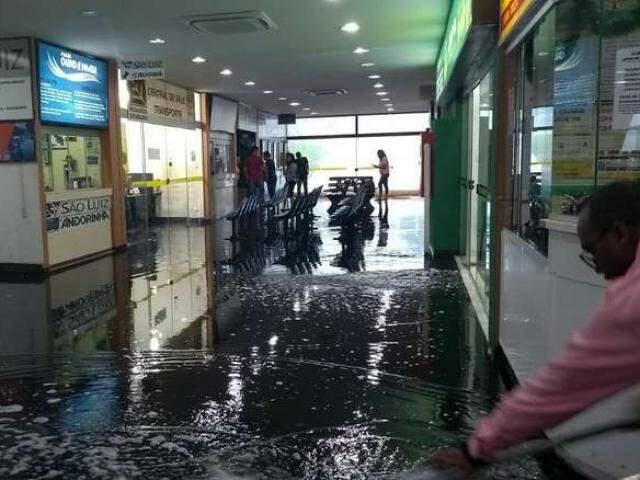 Chuva desta tarde alagou rodoviária de Dourados (Foto: Dourados News)