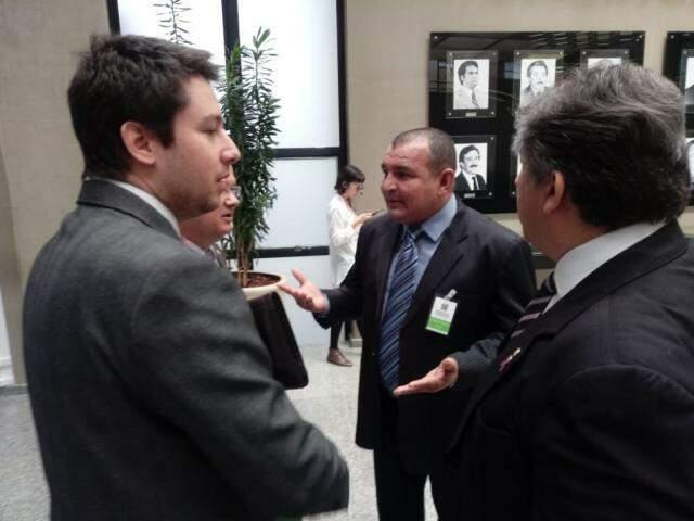 Presidente do Conisul, Vanderley Bispo (centro) foi à Assembleia acompanhar a votação (Foto: Leonardo Rocha)