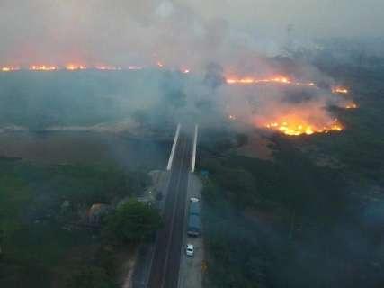Volta de incêndios deixa Corumbá sem internet e abastecimento de água