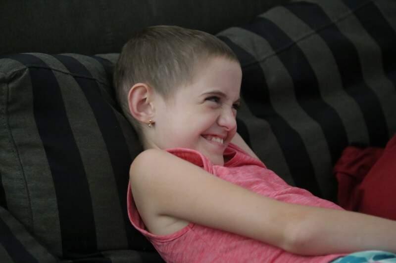 Foi sorrindo assim que a menina enfrentou a doença e aos 9 anos está curada. (Foto: Marcos Ermínio)