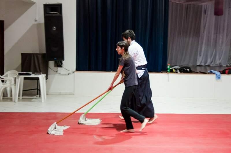 Os alunos limpam o dojo antes da aula começar. (Foto: Vanessa Tamires)