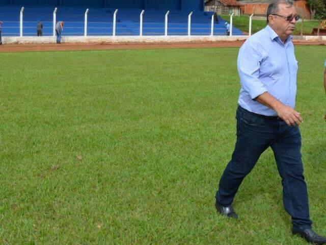 Prefeito Ricardo Fávaro vistoria o estádio municipal Carminatão que sediará jogos da 14ª Copa Assomasul (Foto: Guiomar Biondo)