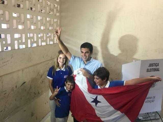 Helder Barbalho com a família no momento de votação (Foto: Divulgação)