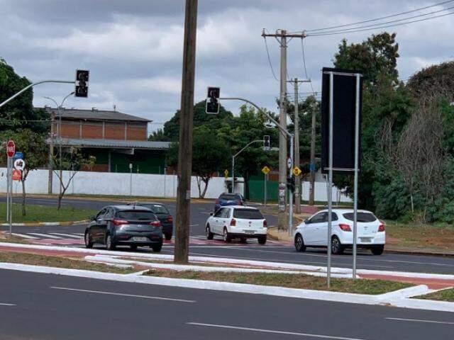 Na manhã de hoje, semáforos da rotatória da Coca-Cola permaneceram desligados após queda de energia (Foto: Direto das Ruas)