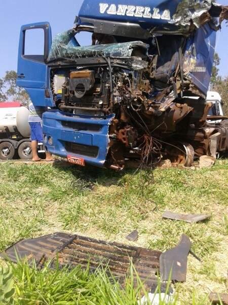 Motorista fica ferido em acidente entre carretas. (Foto: Ezequiel dos Santos)