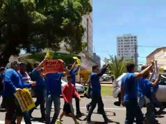 Os manifestantes ainda pediram a saída do sindicato (Foto: Reprodução/ Direto das Ruas)